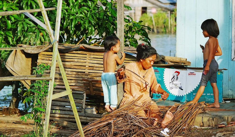 Salah satu aktivitas masyarakat setempat yang berumah tinggal di sekitar sungai