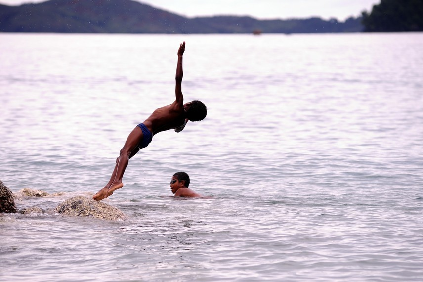 Salah satu anak Tablanusu yang berenang di lautan teluk Tablanusu