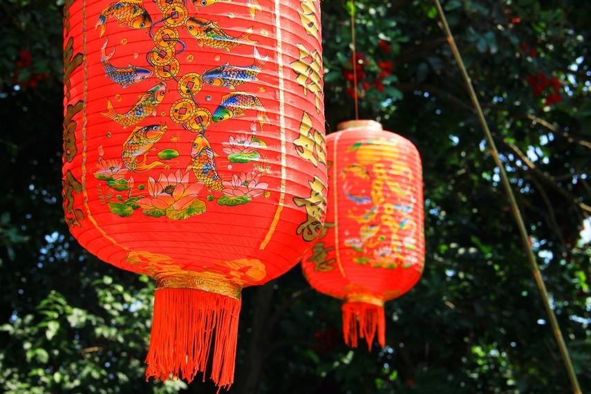 Salah satu bentuk konvensional dari lampion adalah bulat dan lonjong, berbahan kertas dengan kerangka bambu
