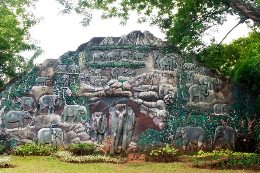 Salah satu dinding yang dipenuhi ukiran gajah yang ada di Kebun Binatang Ragunan