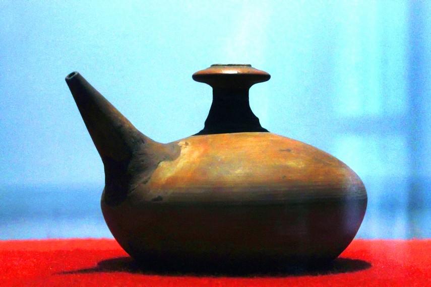 Salah satu gerabah unik yang terpajang di Museum Seni Rupa dan Keramik