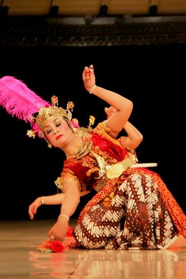 Salah satu gerakan luwes penari serimpi renggowati