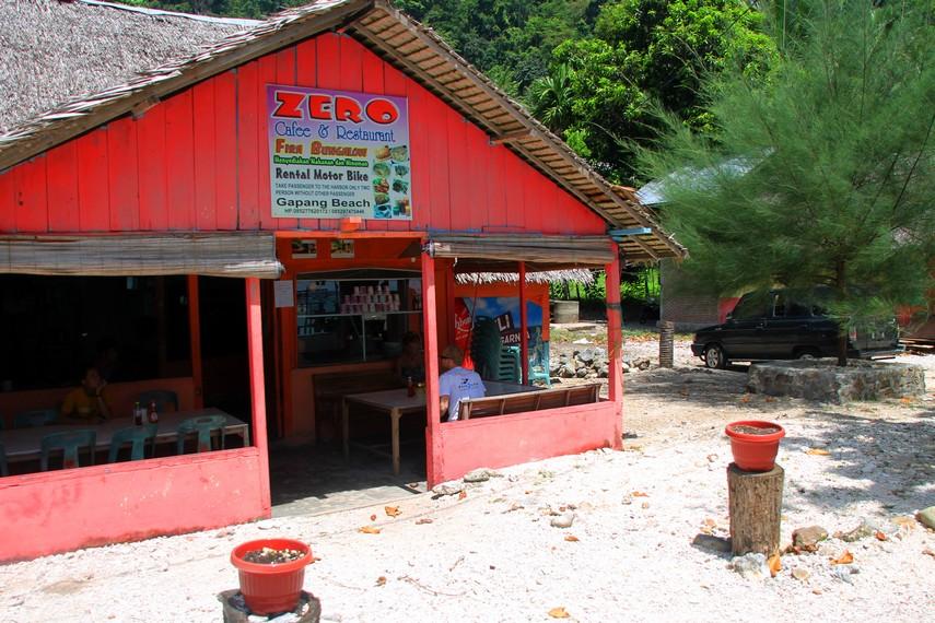 Salah satu kedai makanan yang berada di Pantai Gapang