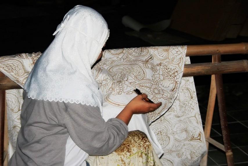 Salah satu kegiatan yang ada di Desa Wisata Tembi yakni belajar membuat batik