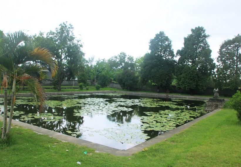 Salah satu kolam yang terdapat di teras depan Pura Lingsar