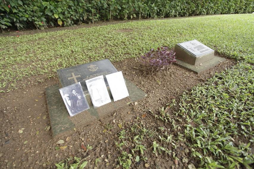 Salah satu makam yang baru saja dikunjungi oleh keluarga