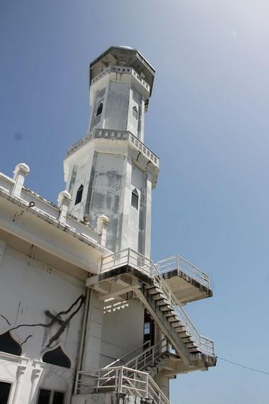 Salah satu menara masjid yang menjulang di sisi bagian Barat