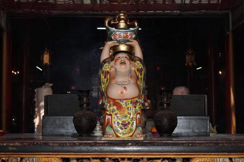 Salah satu patung yang ada didalam Klenteng Kim Tek Le