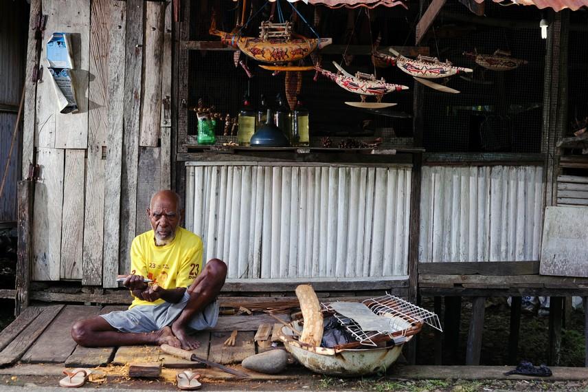 Salah satu pengrajin kayu yang ada di Desa Tablanusu