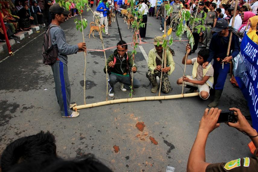 Salah satu peserta Festival Moyo sedang mendemonstrasikan cara berburu