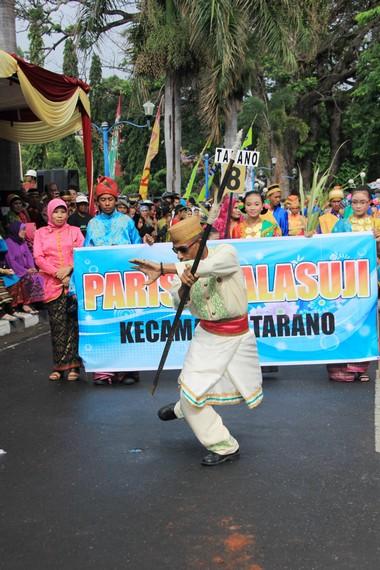 Salah satu peserta dari Kecamatan Tarano sedang menunjukkan kebolehan dalam parade di Festival Moyo