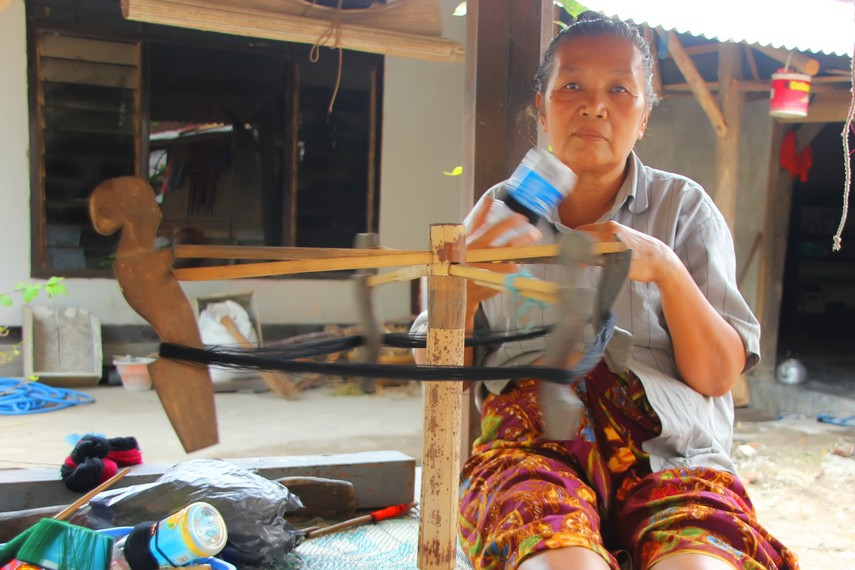 Salah satu proses awal pembuatan kain yakni menggulung kapas untuk dijadikan benang