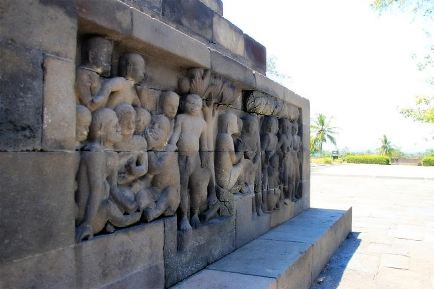 Salah satu relief kehidupan manusia yang ada di Candi Borobudur