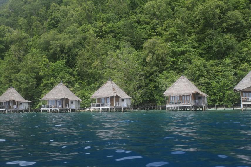 Salah satu resort yang ada di Pantai Ora
