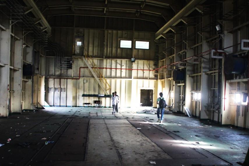 Salah satu ruang di dalam PLTD yang berantakan dan masih terlihat sisa-sisa tsunami 2004