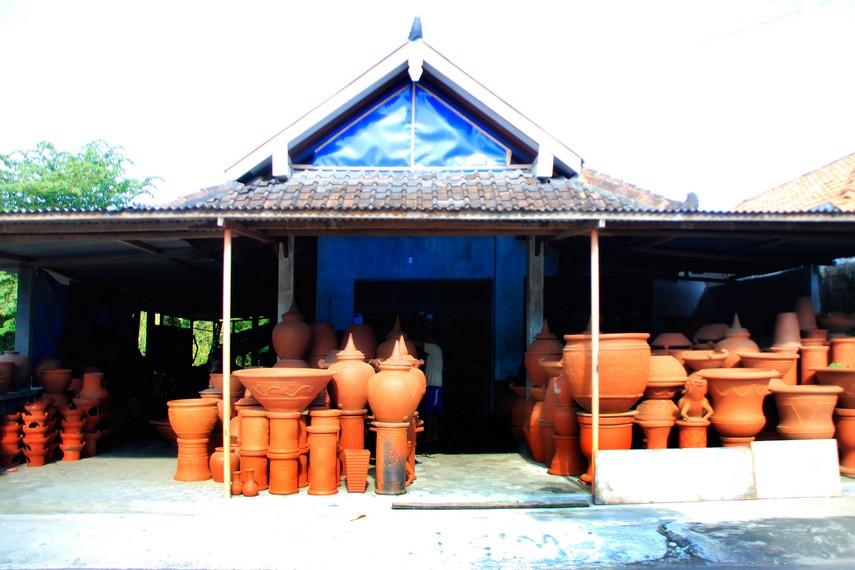Salah satu rumah warga di Desa Wisata Kasongan yang menjual hasil kerajinan gerabah
