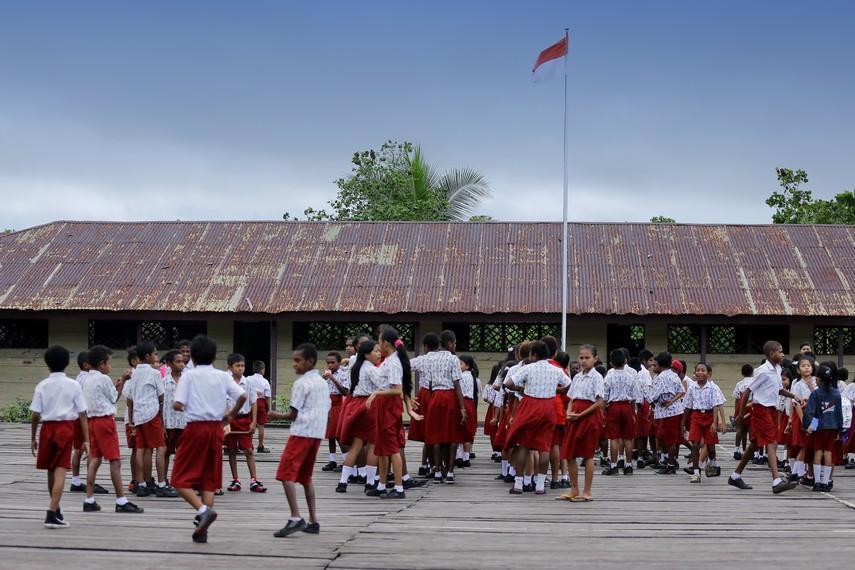 Salah satu sekolah dasar yang berada di kota Agats yang juga berada di atas rawa dan berlantaikan dek kayu