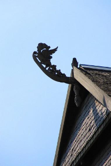Salah satu simbol yang letaknya berada di atas bangunan Istana Dalam Loka