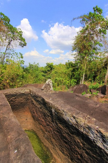 Salah satu situs yang dikenal masyarakat setempat dengan sebutan peti batu atau kuburan batu