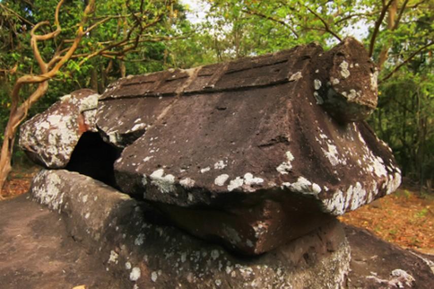 Salah satu situs yang memiliki wadah atau penutup yang menyerupai atap rumah