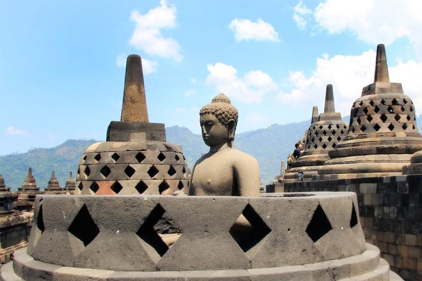 Salah satu stupa yang ada di Candi Borobudur yang tidak memiliki penutup