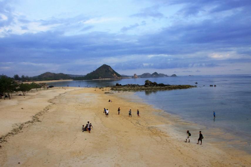 Salah satu sudut pandang Pantai Kuta yang diambil dari bukit di sudut pantai