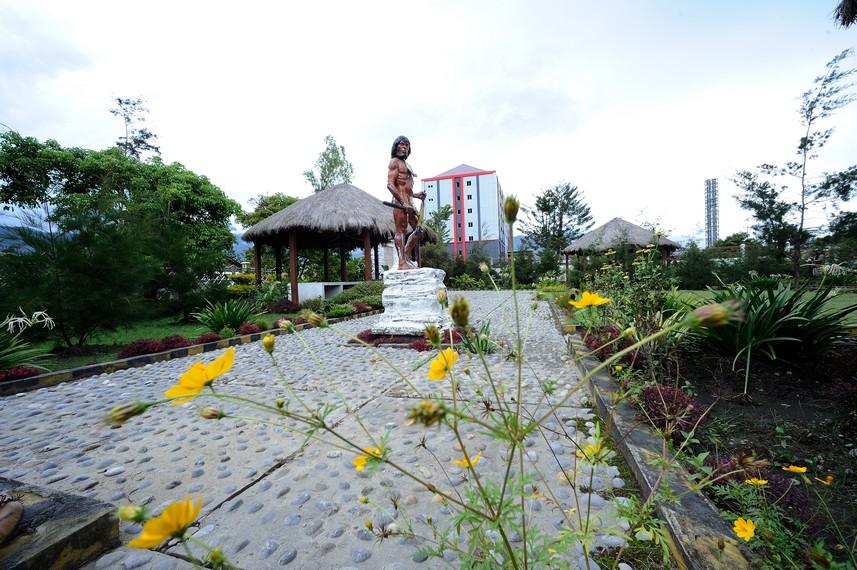 Salah satu taman yang berada di kota Wamena yang di bangun untuk menghormati salah satu tokoh orang Wamena