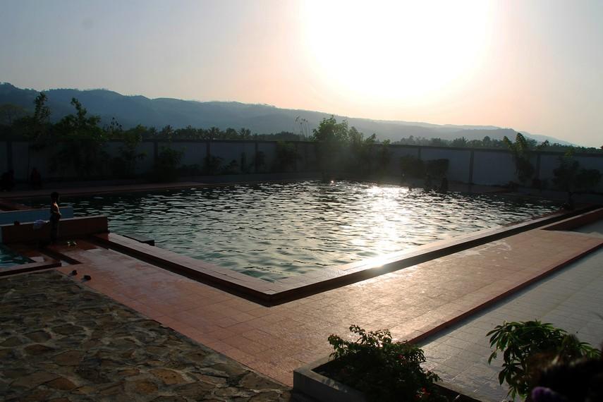 Sambil menikmati kehangatan airnya, pengunjung bisa menikmati pemandangan perbukitan yang asri
