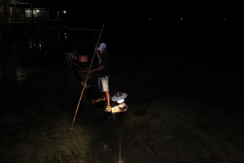 Sang Nelayan berhasil menombak ikan buruannya