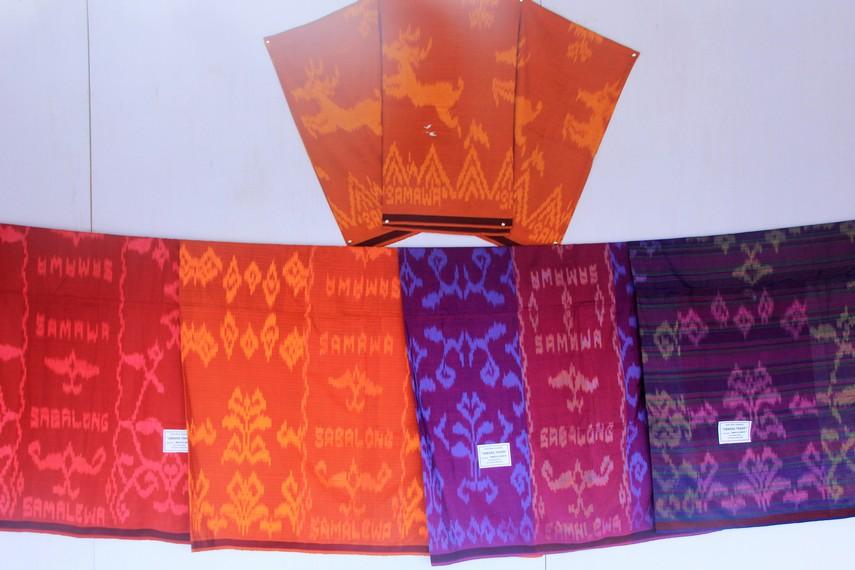 Sarung tenun kresesek saat ini sudah menjadi salah satu ornamen pakaian adat Sumbawa