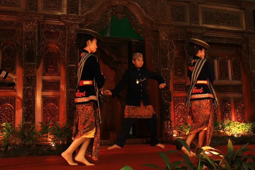 Sebelum bernama tari kretek, tarian ini diberi nama tari mbatil