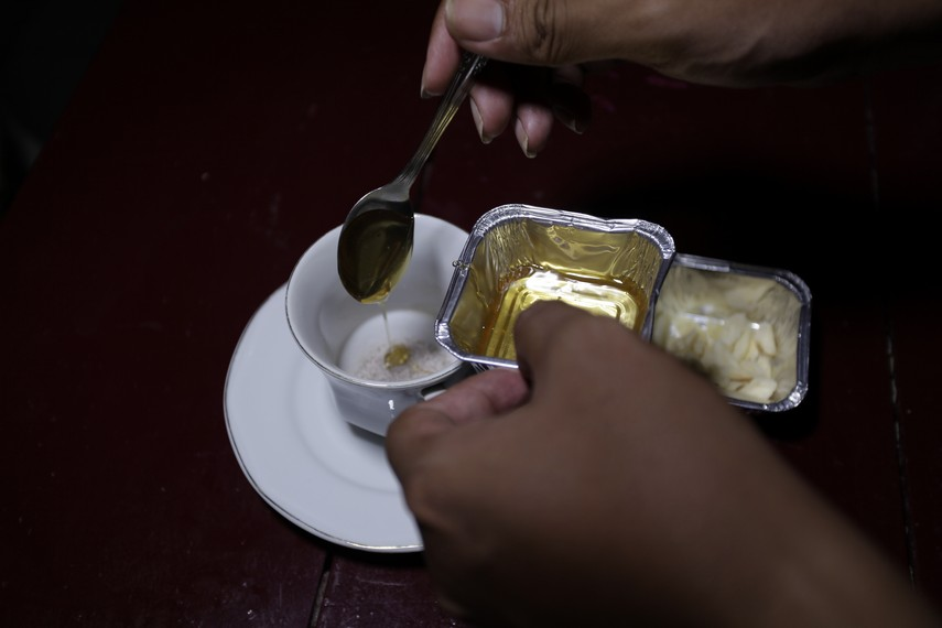 Sebelum diseduh, kopi yang terdiri dari rempah-rempah ini dilengkapi juga dengan madu