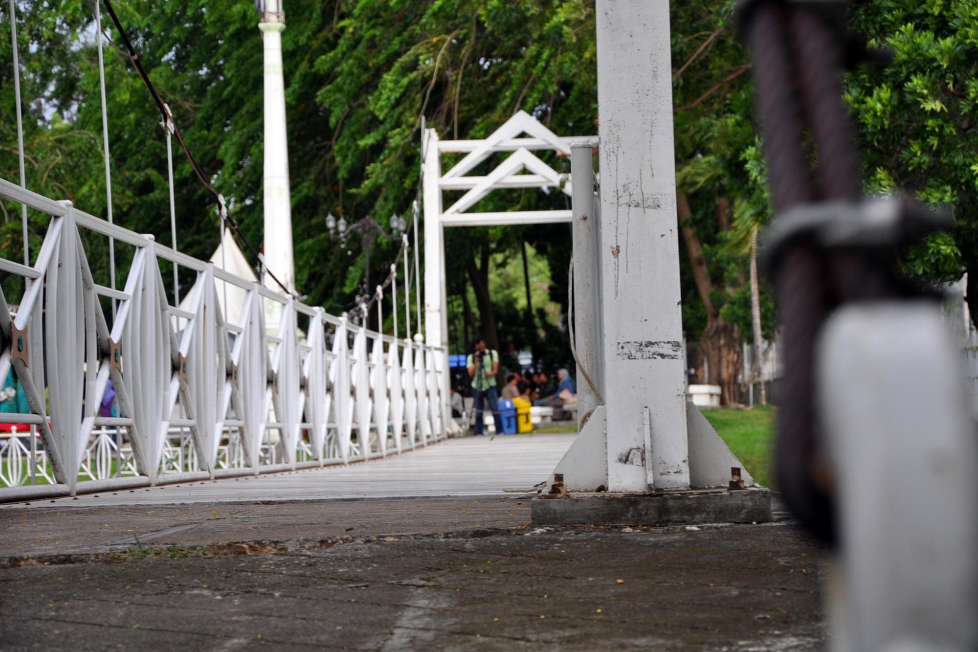 Sebuah Jembatan gantung di tengah Taman Putroe Phang menjadi tempat menarik untuk berfoto