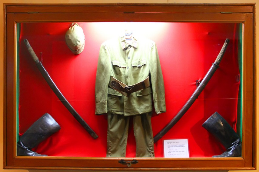Sebuah etalase yang memajang perlengkapan tentara PETA, tentara juga diajarkan cara memegang samurai
