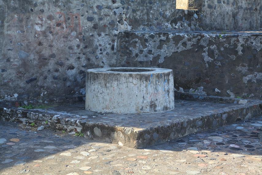 Sebuah sumur di tengah bangunan Benteng yang dahulu menjadi sumber air bersih bagi para serdadu