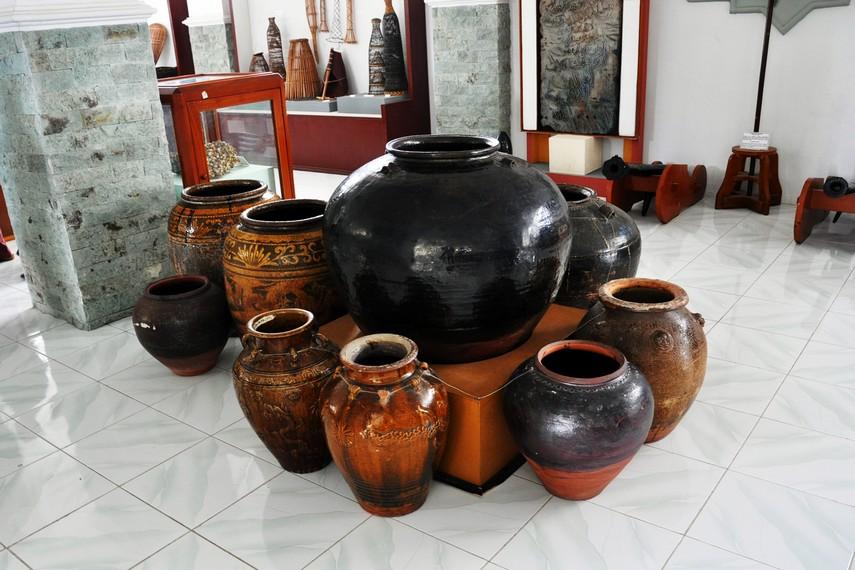 Sejumlah guci dan tembikar kuno koleksi Museum Negeri Aceh