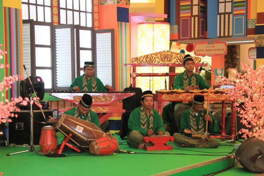 Sejumlah instrumen pengiring dalam pertunjukan gambang kromong