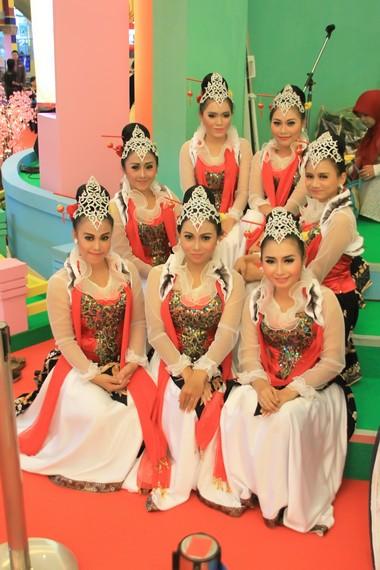 Sekelompok penari cokek menjelang pentas dalam perayaan Imlek