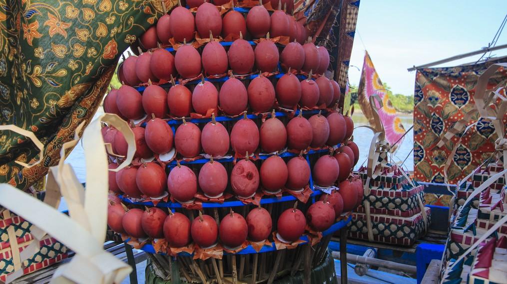 Selain Julung-julung, telur yang diwarnai juga menjadi ciri khas dari peringatan ini