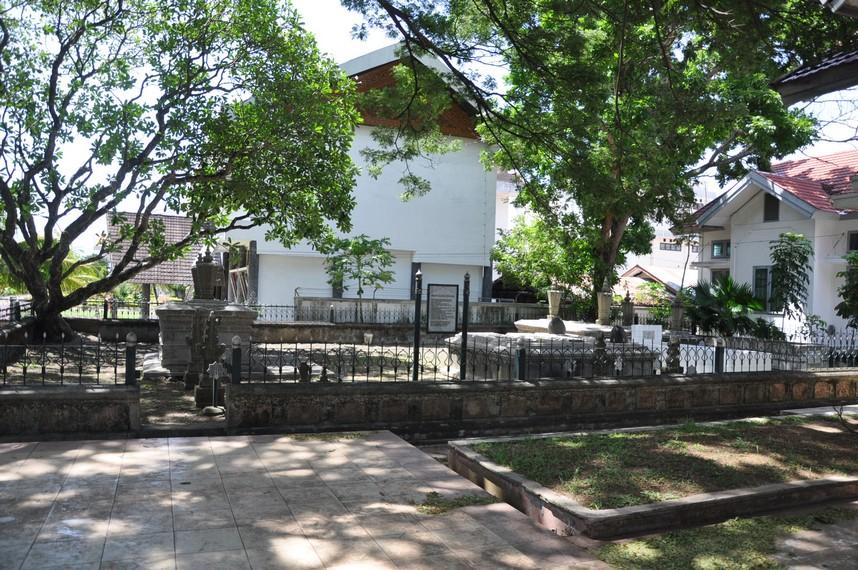 Selain Makam Sultan Iskandar Muda, terdapat komplek makam Kandang Meuh dan keluarga kesultanan lainnya