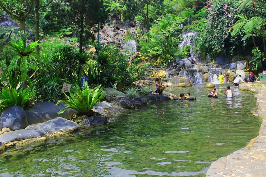 Selain air panas alami, lokasi pemandian Air Panas Ciater juga memiliki pemandangan yang indah