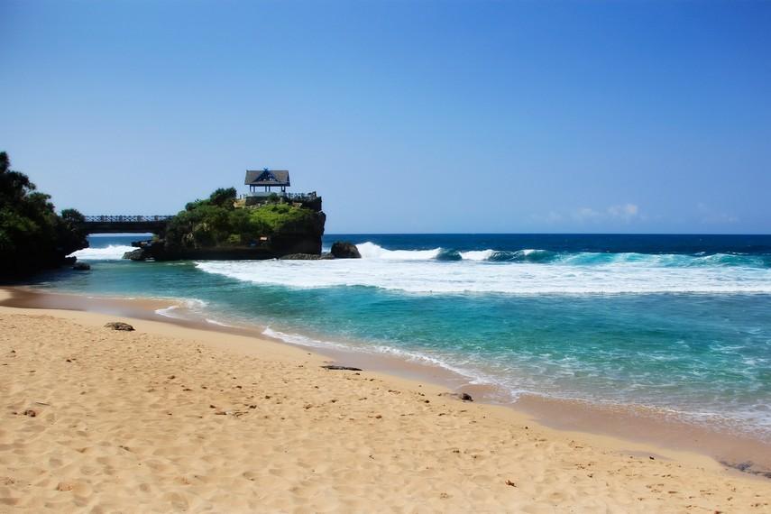 Selain airnya jernih, Pantai Kukup juga memiliki pasir yang putih