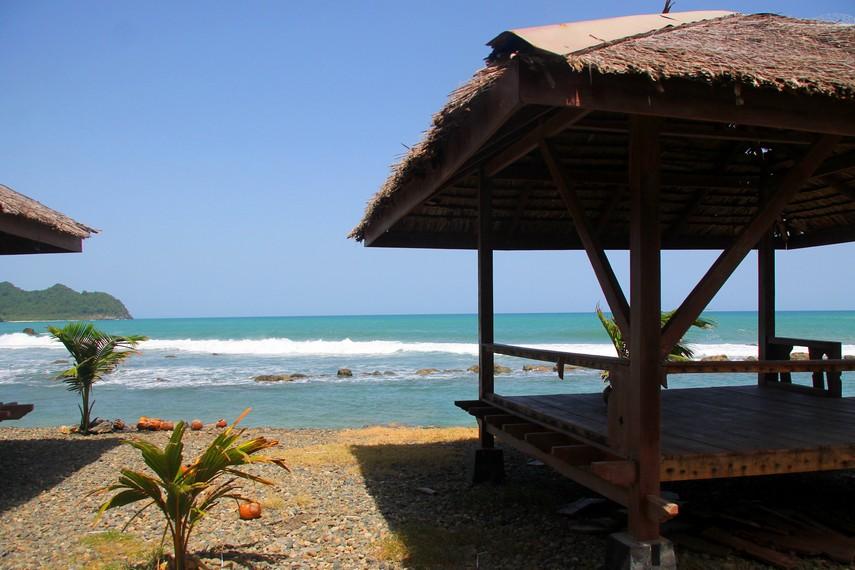 Selain berselancar, menikmati tarian ombak dari pinggir pantai pun menjadi rekreasi yang menyenangkan