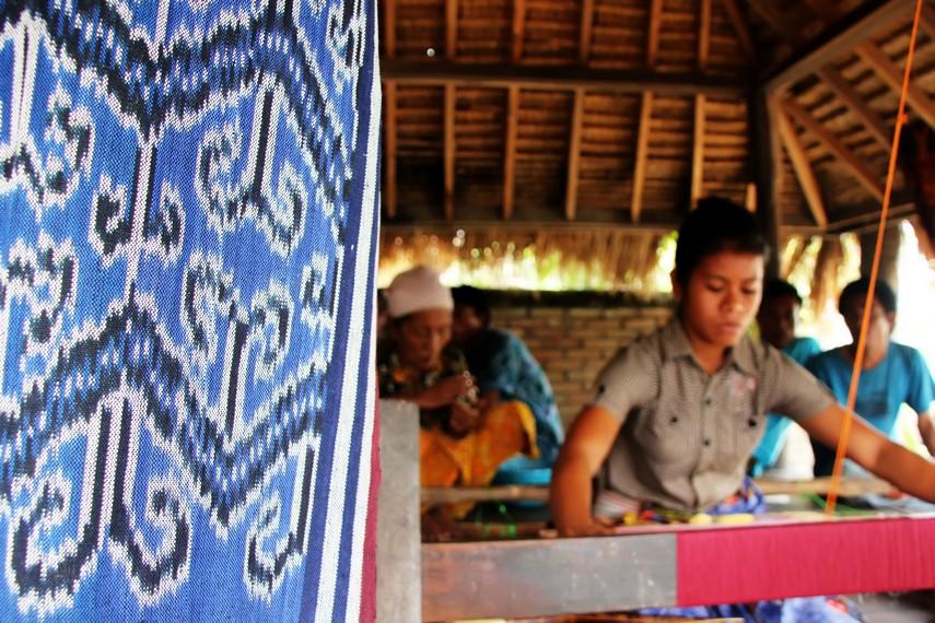 Selain dapat melihat penenun pengunjung juga dapat membeli kain songket khas Sasak
