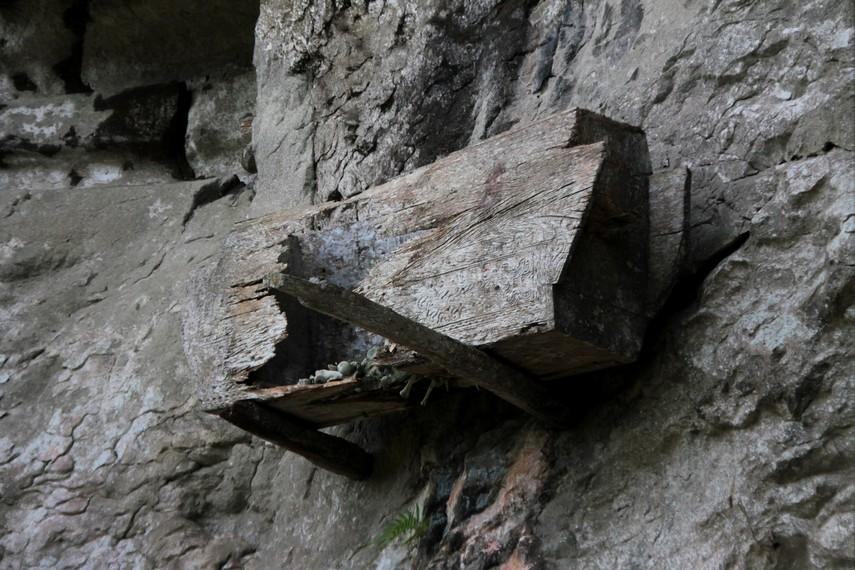 Selain diletakkan di dalam gua, terdapat juga peti jenazah yang disemayamkan dengan cara diselipkan di tebing bukit