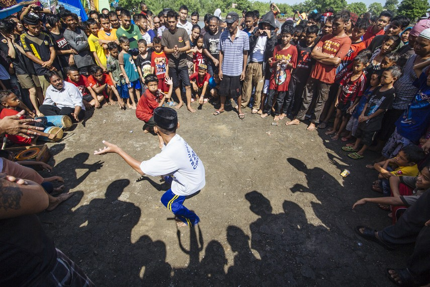 Selain itu, terdapat pula Mapanca atau atraksi pencak silat yang dipertunjukan warga asli Cikoang