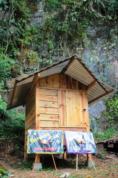 Selain di rongga-rongga gua dan bukit, jenazah biasanya juga disimpan di rumah khusus