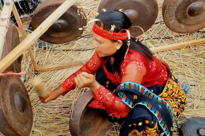 Selain kendang, gong juga merupakan alat musik yang digunakan untuk mengiringi pementasan tari caci