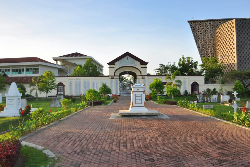 Selain makam para personil KNIL, terdapat makam putra mahkota Meurah Pupok yang dieksekusi oleh ayahnya, Sultan Iskandar Muda
