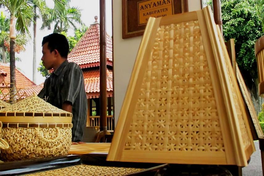 Selain memiliki nilai fungsi dalam kehidupan sehari-hari, anyaman bambu juga memiliki nilai estetis yang sangat tinggi